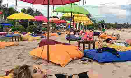 Seksinya Cinta Laura Pakai Bikini di Pantai