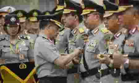 Kapolri Jenderal Polisi Tito Karnavian (kiri) menyematkan tanda pangkat kepada Kadiv Humas Polri Irjen Pol Setyo Wasisto (ketiga kanan) dan Kapolda Papua Irjen Pol Boy Rafli Amar (kedua kiri) pada pelantikan sejumlah perwira tinggi di Mabes Polri, Jakarta, Jum'at (28/4). Kapolri Jenderal Polisi Tito Karnavian melantik sejumlah perwira tinggi kepolisian dan diantaranya enam Kepala Kepolisian Daerah (Kapolda) dan Kepala Divisi Humas Mabes Polrii. ANTARA FOTO/Reno Esnir/ama/17.