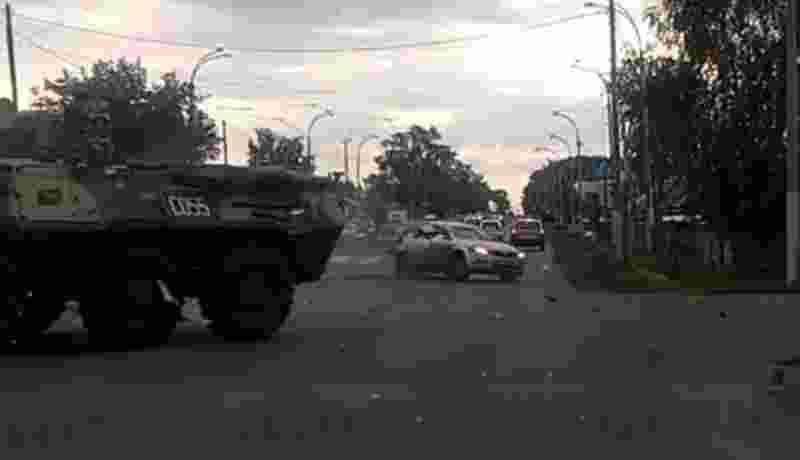 video-brak-panser-lapis-baja-tabrak-mobil-mungil-di-jalan-sibuk-rusia-vxYQsofc6U